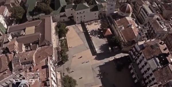 Un drone au  dessus de la place d'Armes