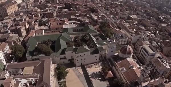 Un drone au  dessus du Palais du Bey
