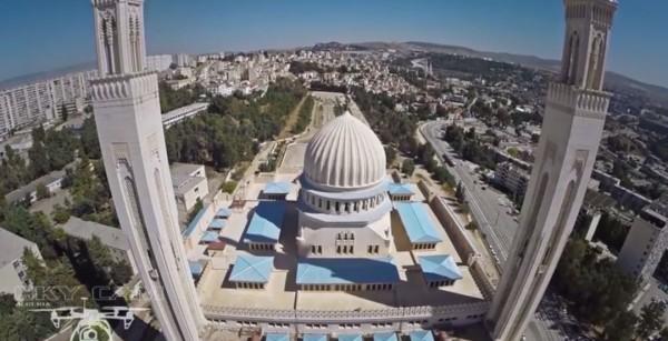 Un drone regarde la nouvelle Mosquée et la Ville