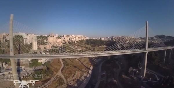Un drone voit le nouveau pont et la ville 1
